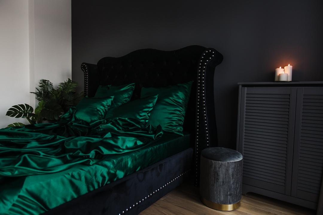 czarne łóżko glamour z zieloną pościelą