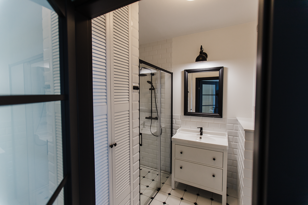 klasyczna czarno-biała łazienka do zdjęć