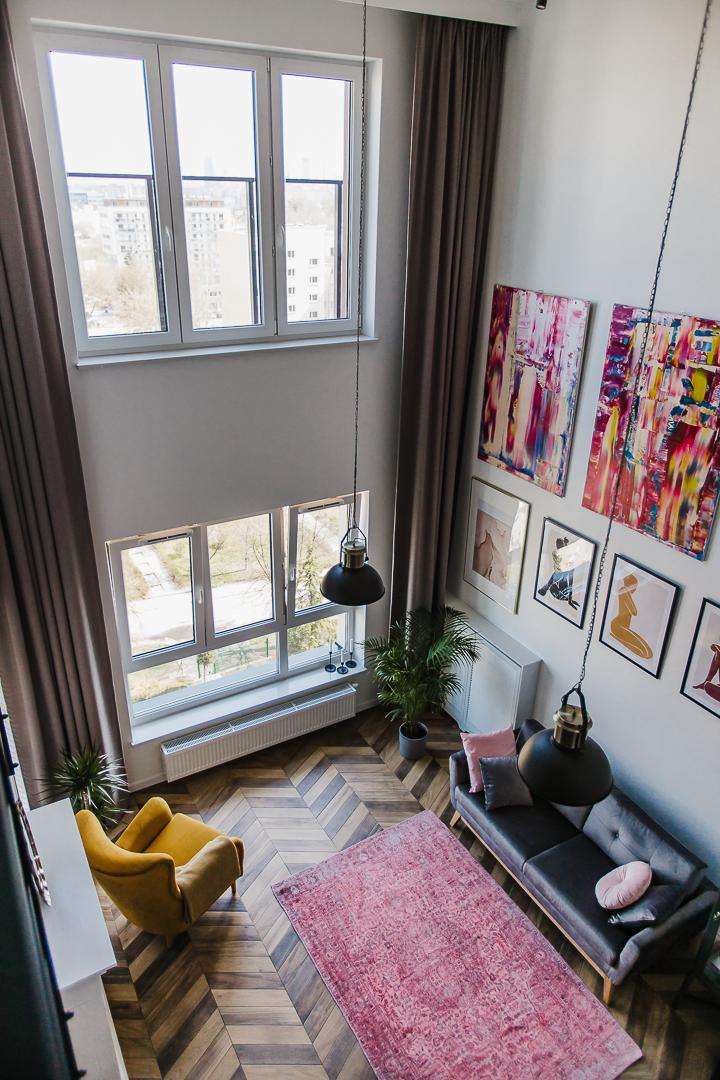 salon z wysokimi oknami