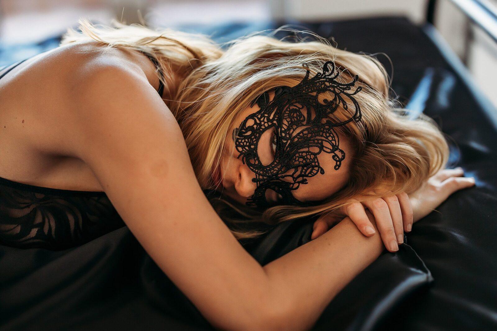 blondynka w koronkowej masce na oczach
