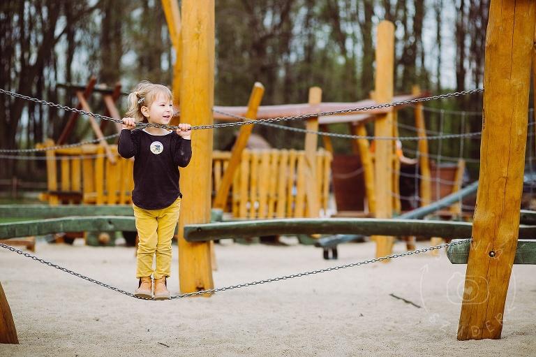 dziecko na placu zabaw na Młocinach w Warszawie