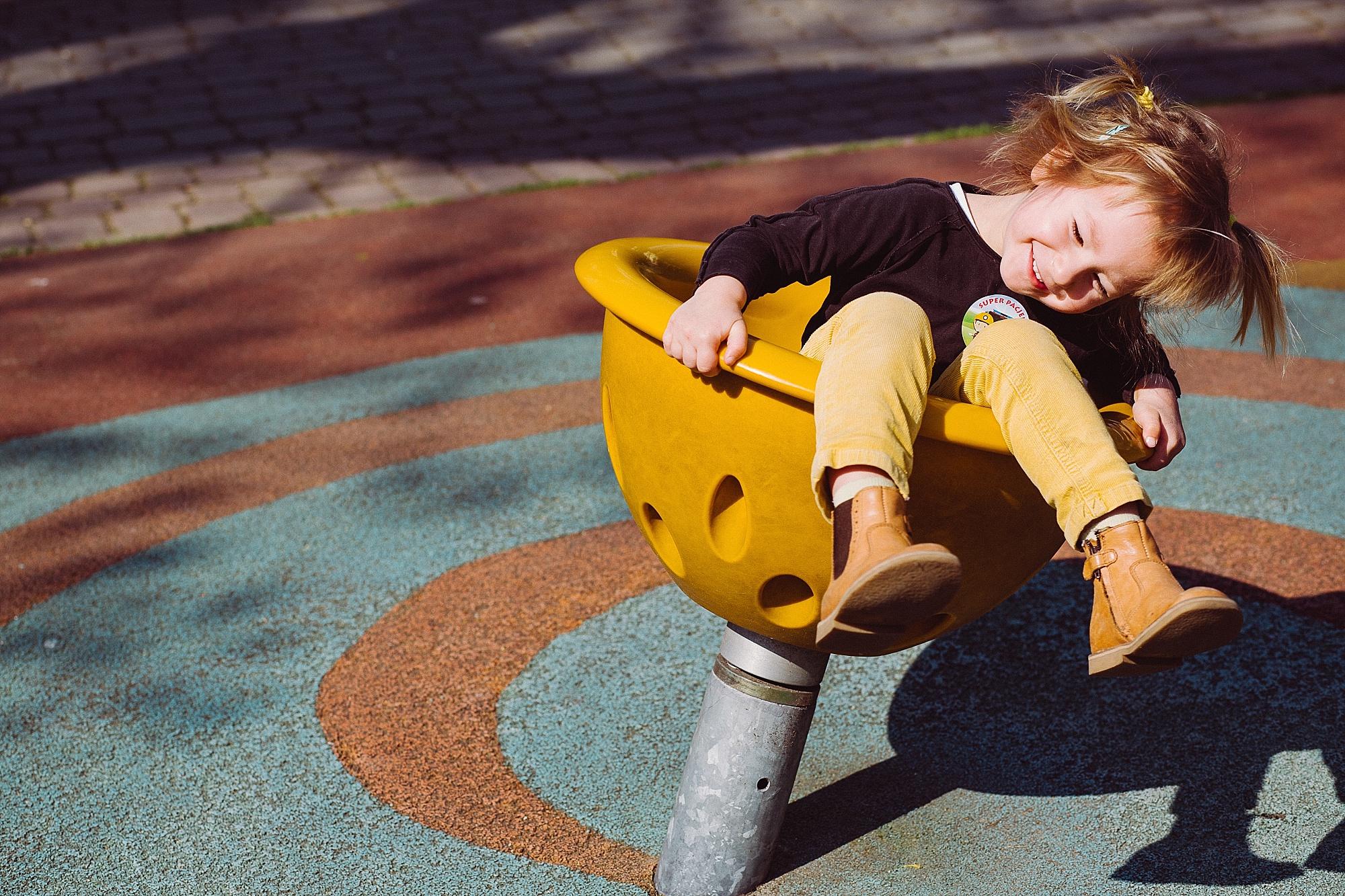 zdjęcie dziewczynki na placu zabaw