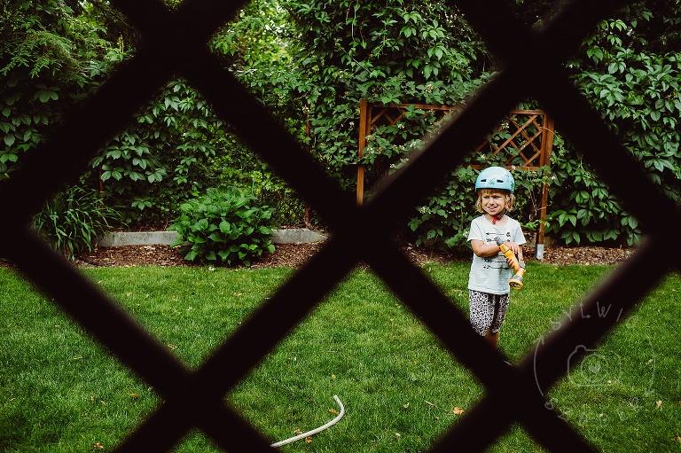 dziecko w ogrodzie podlewa