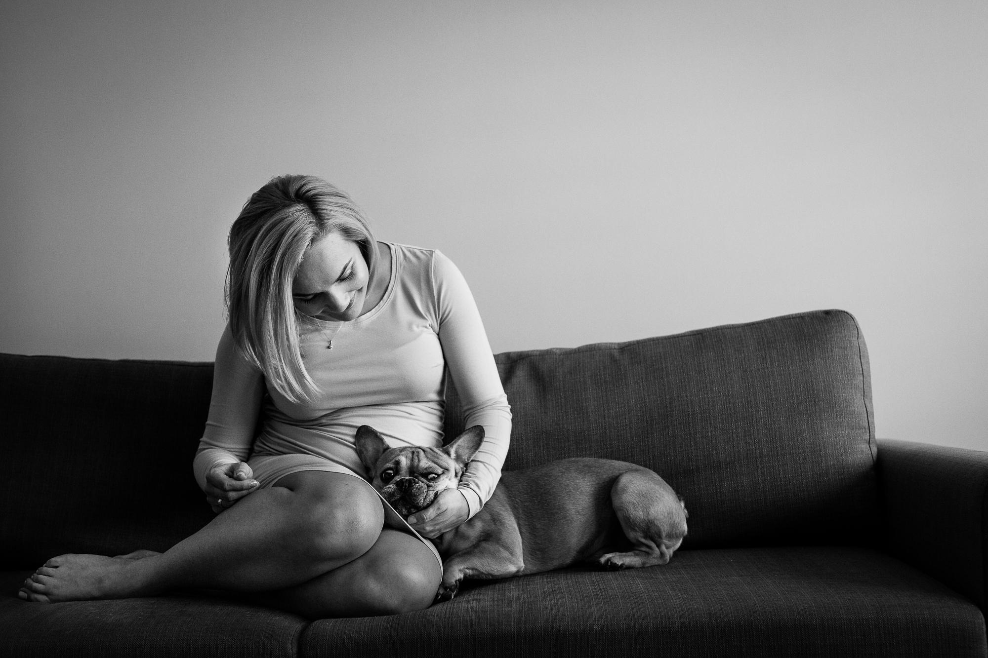 kobieta w ciąży i jej pies siedzą na kanapie