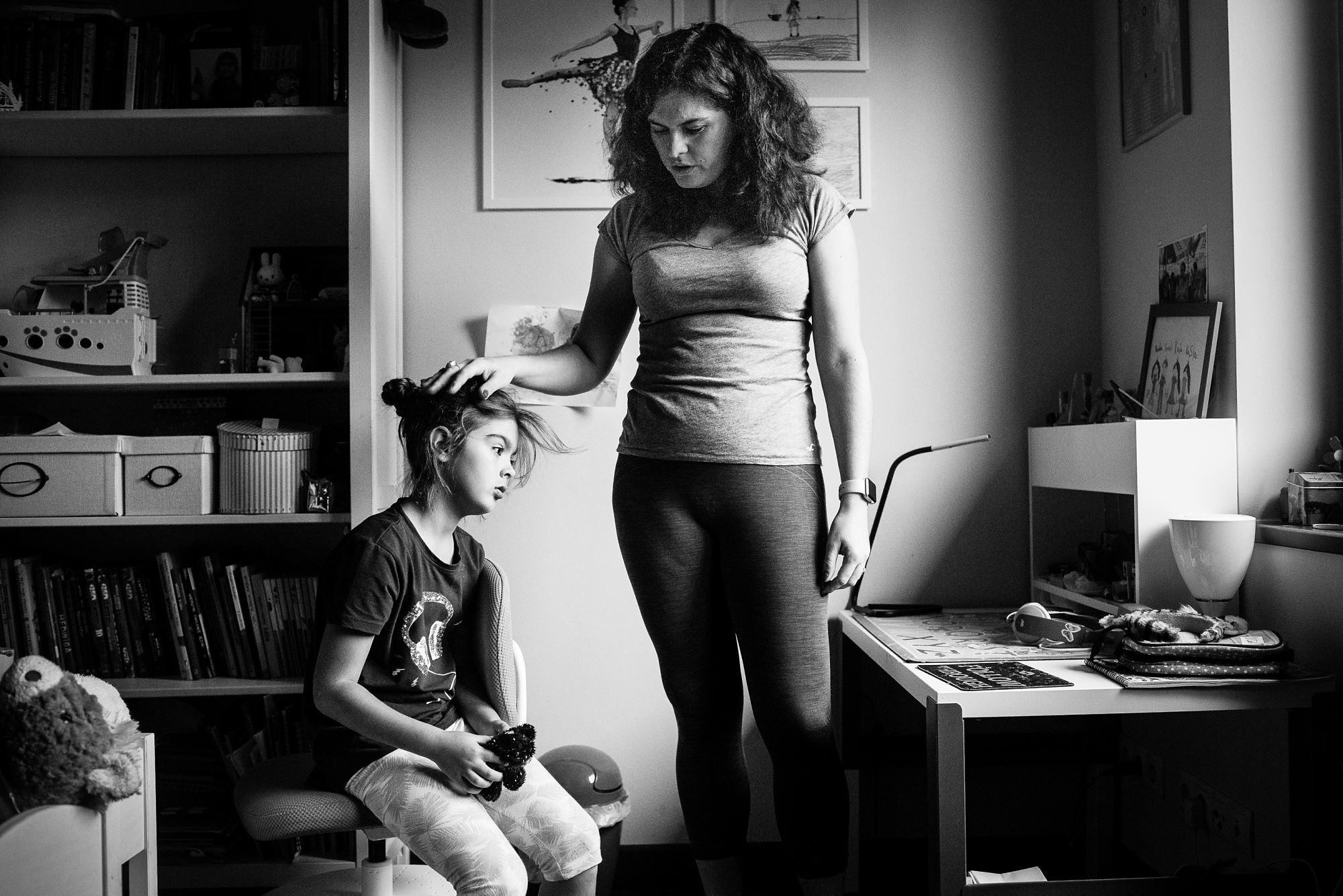 portret siedmiolatki w swoim pokoju