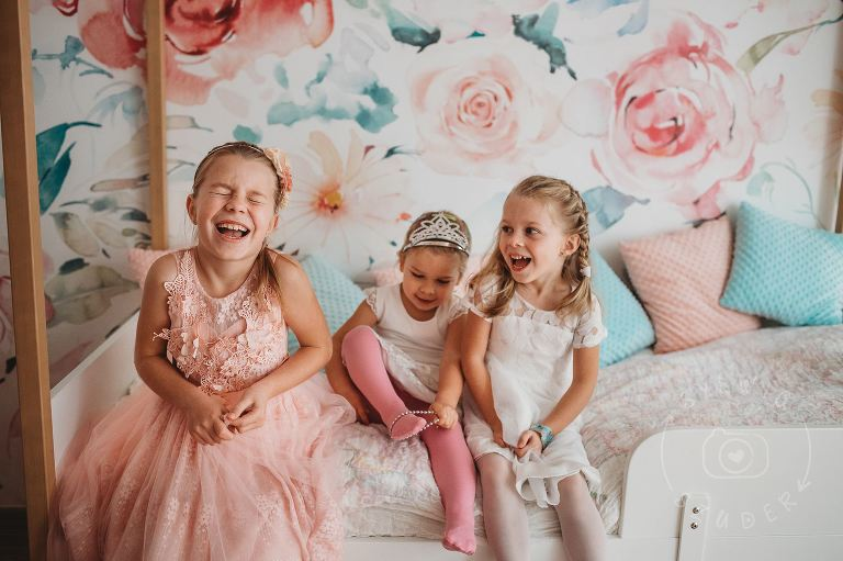 trzy siostry przebrane za ksieżniczki