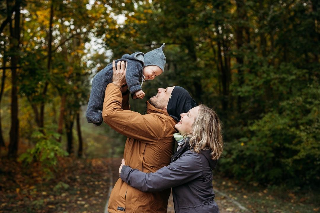 fotografia rodzinna w jesiennym lesie